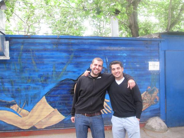 Димитър (от ляво) и Пешо (от дясно) зад култовият кафе-бар Водолаза