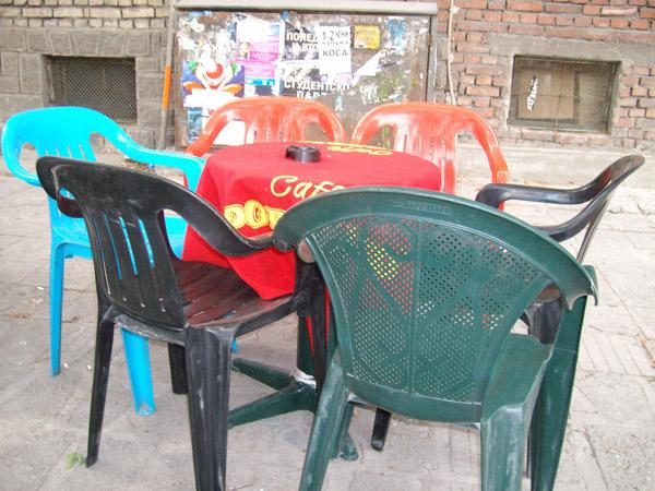 Маса със столове от разнообразен произход и цвят